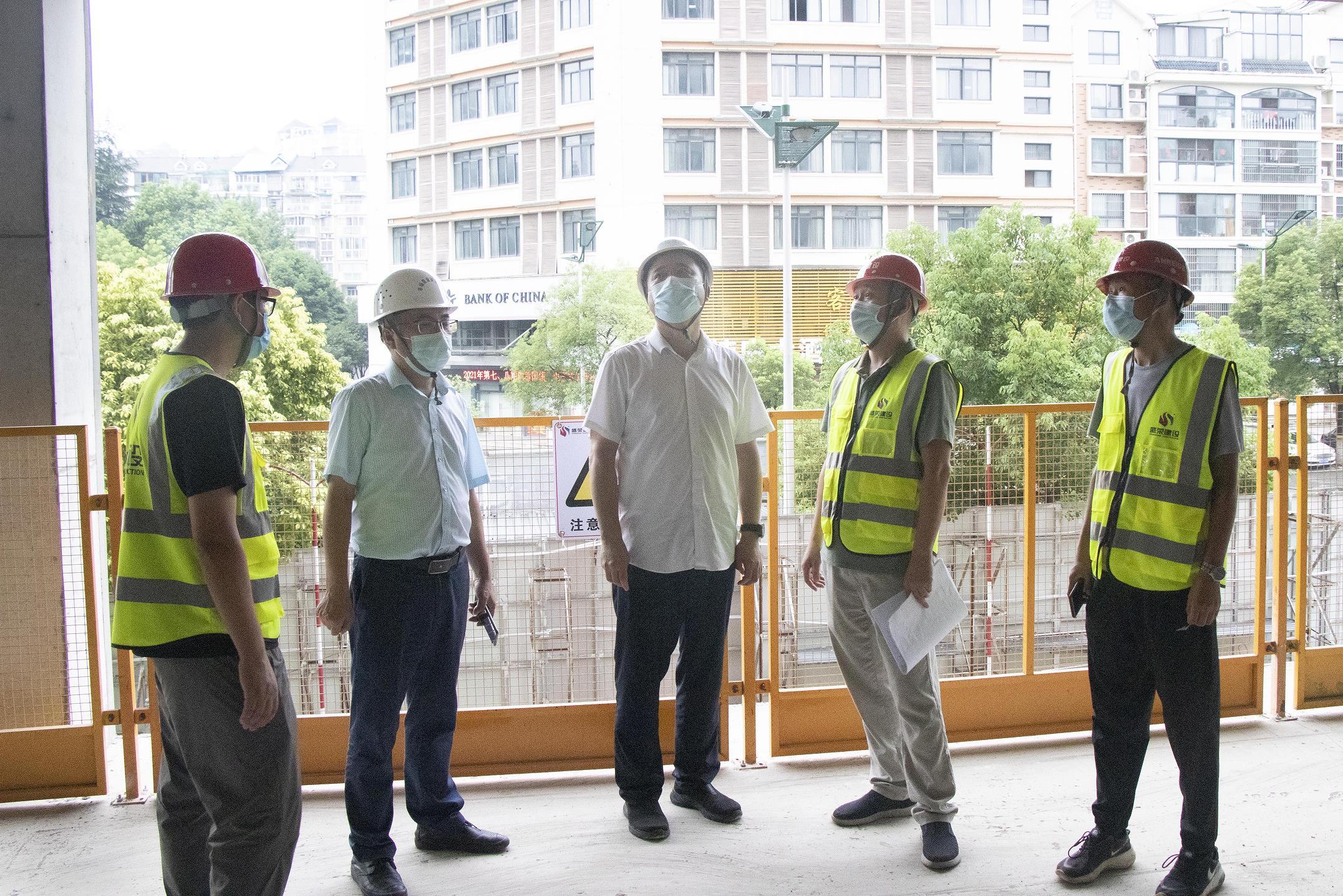 宜昌市住建局黨組成員、副局長葉幫斌一行到城市之光項目查看防疫工作